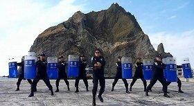 「江南スタイル」のパロディーの「独島スタイル」。竹島を舞台に、警備隊員がコミカルなダンスを披露している(ユーチューブより)