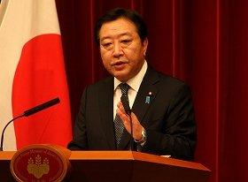 解散後の記者会見に臨む野田佳彦首相。声を張り上げて自民党を批判した