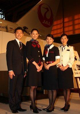 新制服は「鶴丸」がモチーフ。左から男性CA、女性CA(ジャケット)、女性CA(ワンピース)、チーフ用の制服