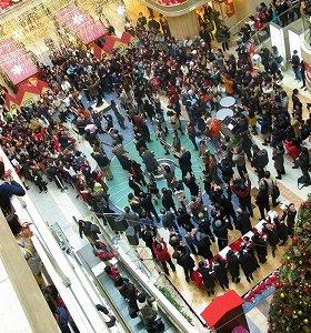 オーケストラと合唱団160人が突然羽田空港に出現、旅行客を驚かせた。写真左奥が指揮者、手前がハンドベル楽団「ベルスター」