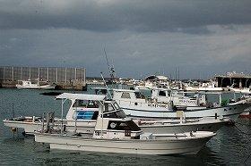 石垣港には漁船を含む多くの船が停泊していた