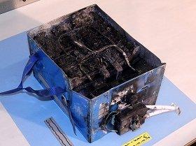 米ボストン空港でトラブルを起こしたJAL機に搭載されていたリチウムイオン電池。黒く焼損していることがわかる(米国家運輸安全委員会、NTSBウェブサイトから)