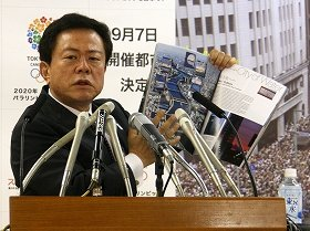 写真集「THE FUTURE IN TOKYO」を手に東京の魅力を力説する猪瀬直樹知事。説明は約15分に及んだ