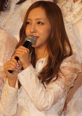 晴れ晴れとした表情で、ファンに卒業を報告した板野友美さん