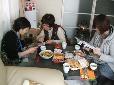 当時の写真を示しながら、体験を話す里舘さん。右が牧野さん、左が北村さん=花巻市南城で