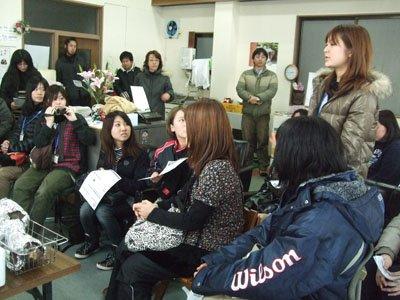 時に涙を流しながら、居宅訪問の感想を述べ合う学生たち=花巻市一日市のゆいっこ事務所で