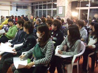 身じろぎもしないで講演に聞き入る学生たち=花巻市東和町の「とうわボランティアの家」で