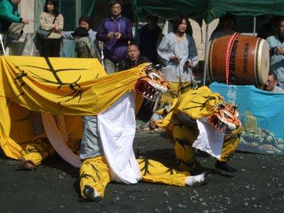 勇壮な虎舞に「私たちも前を向いて」と参列者た地=仮設団地広場で