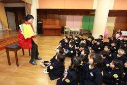たちばな幼稚園の子どもたちは絵本『地雷ではなく花をください』を熱心に聞いてくれました。左は難民を助ける会の伊藤美洋(2012年2月23日 福島県郡山市)