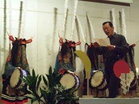 鹿踊の前で震災詩を朗読する照井良平さん=花巻市のなはんプラザで