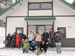 完成したパン工場の前で、ハックの家の利用者と職員の皆さま(2012年1月20日)