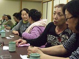 真剣な表情で住宅問題などを話し合う被災者たち=花巻市内の渡り温泉で