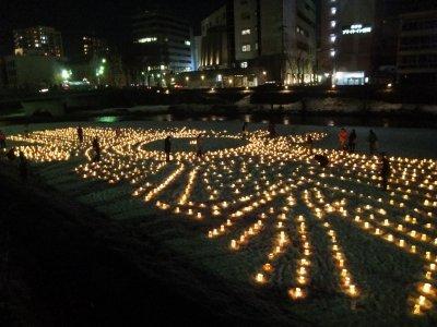 中津川にも沢山の灯籠が並びました。