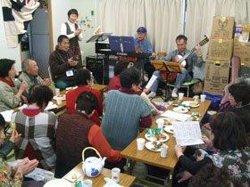演奏に合わせて合唱する被災者のみなさん=釜石市鵜住居町の日向2A仮設団地で