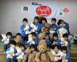 梁川中央保育園の子どもたちは、後日難民を助ける会宛に、ぬいぐるみを抱いて歌う様子を収めたビデオレターを送ってくれました(福島県伊達市、2012年2月20日)