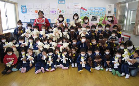 岩手県大槌町のみどり幼稚園では、テディベアを取り出すと子どもたちからも先生からも歓声が上がりました。ぬいぐるみは伊豆と那須のテディベア・ミュージアムからご提供いただきました(2012年2月9日)