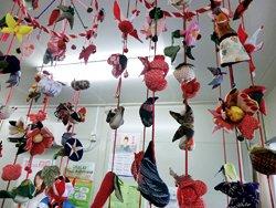 二宮さんが制作されたつるし雛。金魚や花など様々な飾りが華やかです(宮城県東松島市内響仮設住宅、2012年2月5日)