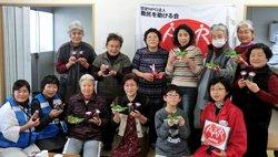 人形作りに参加された方々。後列左から3人目が講師を務めた二宮くに子さん(前列右端は仙台事務所の日下由美。2012年2月5日)