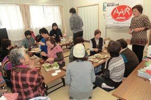 昼食時は皆さんで手を休めて、内響仮設住宅の方々の心づくしの手料理をいただきました(2012年3月8日)