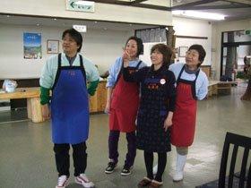 店長の小笠原さん(左)ら従業員と店内の模様替えを話し合う阿部社長(右から2人目)=花巻市西宮野目で