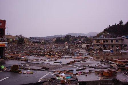 震災直後の泊里地区(左側が海) 左端に見えるのは、ヤマザキショップ