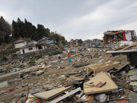 震災直後の西舘地区(右側が海) 右端はガソリンスタンド