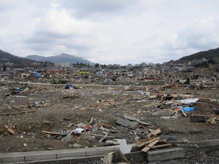 震災直後の小河原地区(手前が海) 画面奥の見える細長く白い建物は中学校