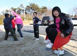 設置されたばかりの遊具で遊ぶ子どもたち(2012年3月14日、福島県相馬市)