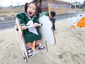 遊具で遊んだり、砂場で遊んだり…子どもたちは皆思い思いに外遊びを楽しんでいます(2012年4月13日、福島県相馬市)