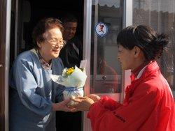 地ノ森仮設住宅に住む中村ちや子さんにマリーゴールドとメッセージをお届けしました(2012年4月28日 岩手県大船渡市)