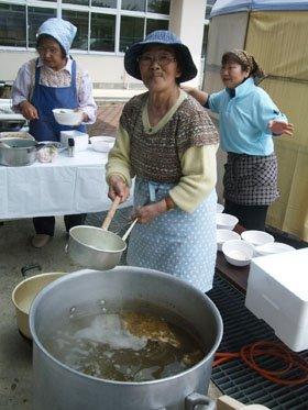 「みんなが故郷の味を思い出してくれて…」と顔をほころばす三浦さん=花巻市東和町のとうわボランティアの家で