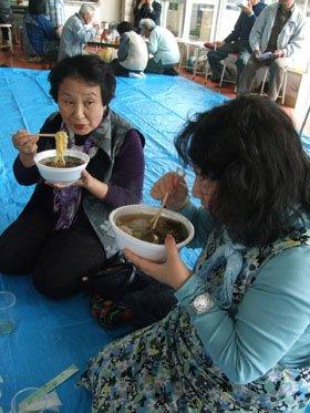 「これが浜の、ユワさんの味なんだよねぇ」とラーメンをすする被災者の皆さん=とうわボランティアの家で