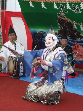 復興を祈願する大漁の舞(花輪田神楽)に被災者の皆さんは涙を流した=結海で
