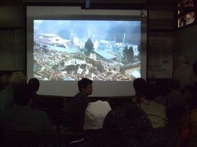 奇跡の救出劇を伝える映像に訪れた人たちは涙を流した=結海で