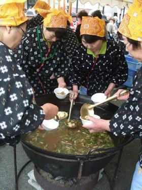 キリタンポに似た五城目名物「だまこ鍋」には長い列が=結海で