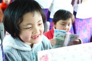 「うれしいひなまつり」や「こいのぼり」など、みんなが知っている曲を歌いながら目的地に向かいます(福島県須賀川市、2012年4月22日)