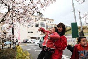須賀川市街地では満開に近い桜を見ることができました(中央はピアニストの山崎明子さん。福島県須賀川市、2012年4月22日)