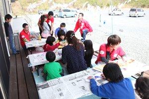 こいのぼりお絵かきコーナーは終日子どもたちが集まり、大盛況でした(2012年4月29日)