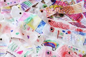 たくさん集まった手作りのこいのぼり。力作ぞろいです!(2012年4月29日)
