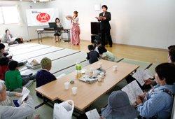 歌詞の載ったパンフレットをお配りして、みんなで大合唱。素敵なコンサートを開いてくださった山崎明子さん(奥左)、坂野由美子さん(奥中央)、浅原孝夫さん(奥右)と一緒に(2012年4月29日)