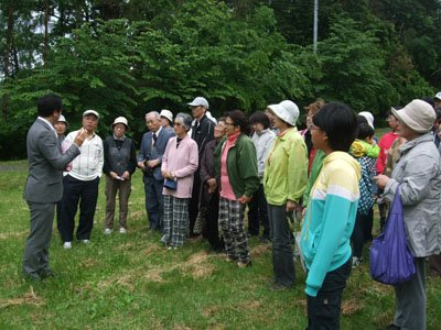 被災者の皆さんと談笑する古川さん(左)=花巻市石鳥谷町の戸塚森森林公園で