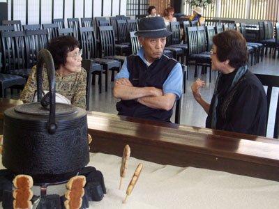 伊藤さん(右)の体験談に聞き入る沼田さんと照井さん=花巻市西宮野目の結海で