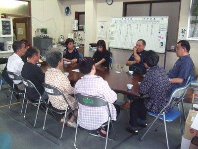 これから先の生活について話し合う被災者たち=花巻市一日市のゆいっこ事務所で