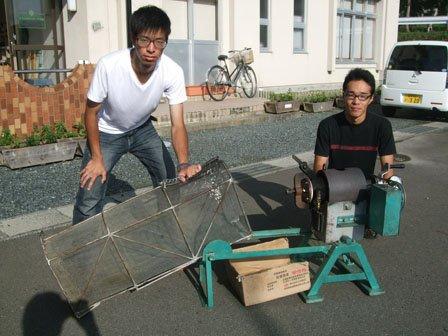 出発を前に入念に製造機を点検する佐々木さん(左)と塚本さん=花巻市東和町の「とうわボランティアの家」で