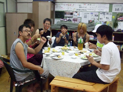 自炊した食事を囲みながら、活動の打ち合わせをするフリースクールの生徒たち=花巻市東和町の「とうわボランティアの家」で
