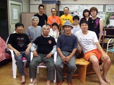 「不良ボランティアを集める会」の面々。前列右端が尾澤さん=花巻市東和町の「とうわボランティアの家」で