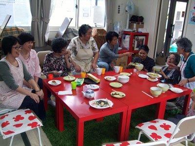 仮設暮らしの悩みを話し合う被災者たち=釜石市甲子の甲子第7仮設団地の談話室で