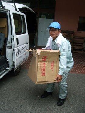 荷物の運び出しに汗を流す小田さん=花巻市下小舟渡の「ゆいっこ花巻」の物資倉庫で