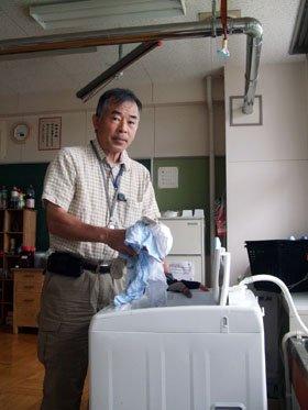 汗で汚れた衣類を洗濯する野沢さん=花巻市東和町の「とうわボランティアの家」で