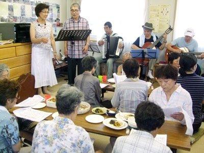混成チームの演奏に合わせて懐かしい歌を合唱する被災者の皆さん=大槌町小鎚第6仮設団地で